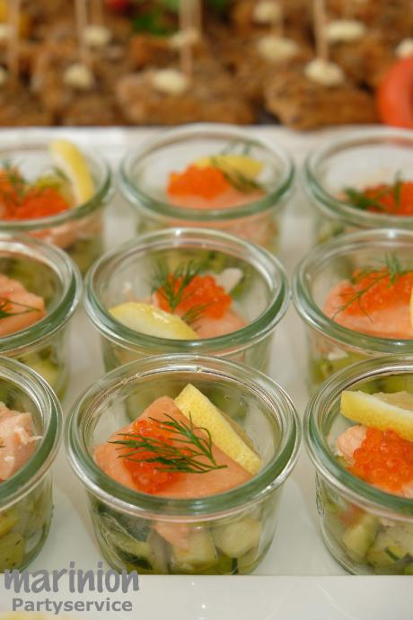 Pochierter Lachs auf Zucchiniwürfel