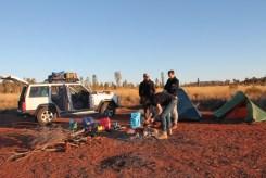 Kamp maken met Uluru op de achtergrond