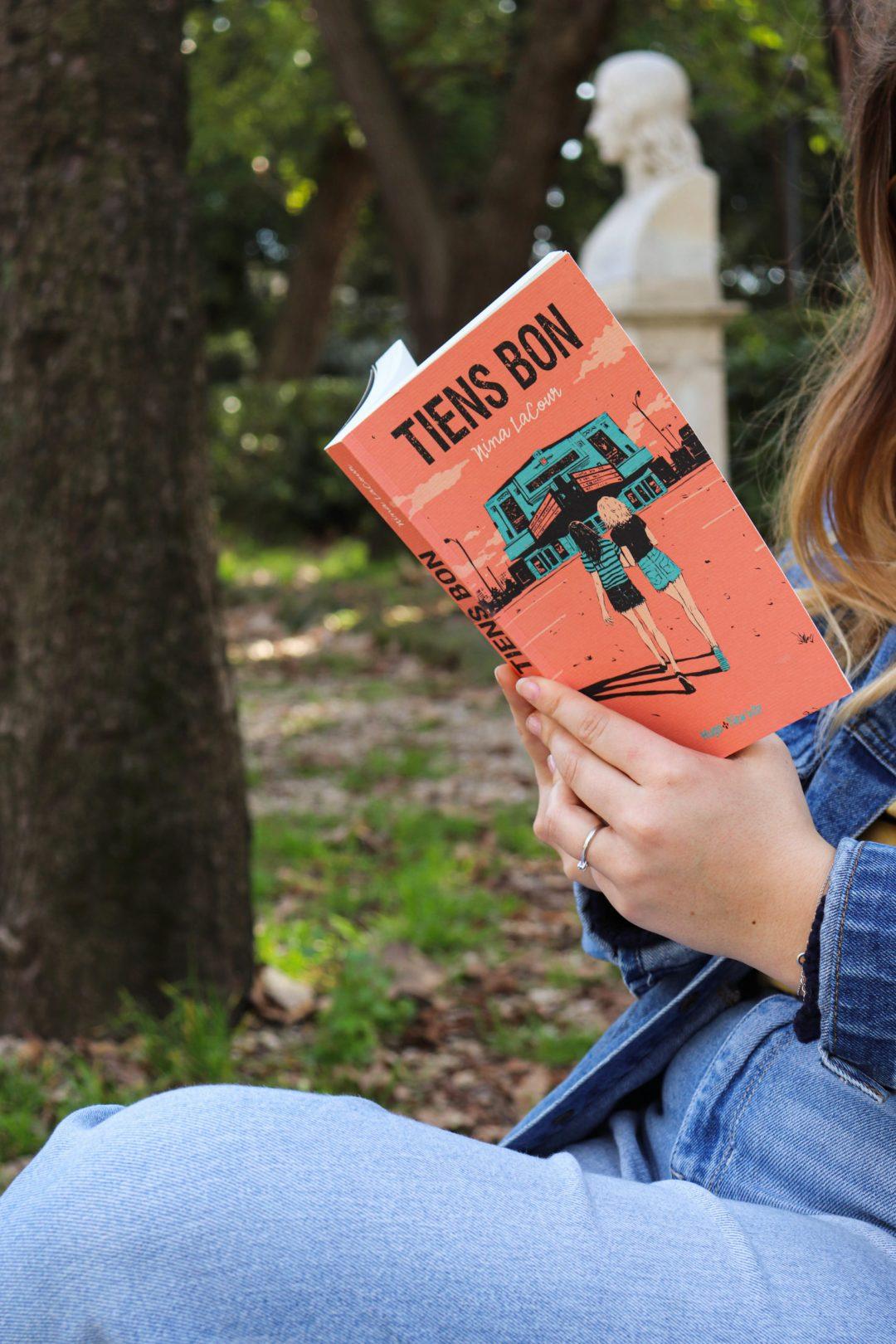 tiens bon nina lacour dans un parc à Rome avec fille veste en jeans superdry