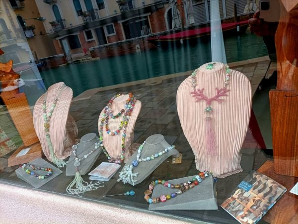 I gioielli in vetro dell'impiraressa Marisa Convento si trovano presso Bottega Cini ottega
