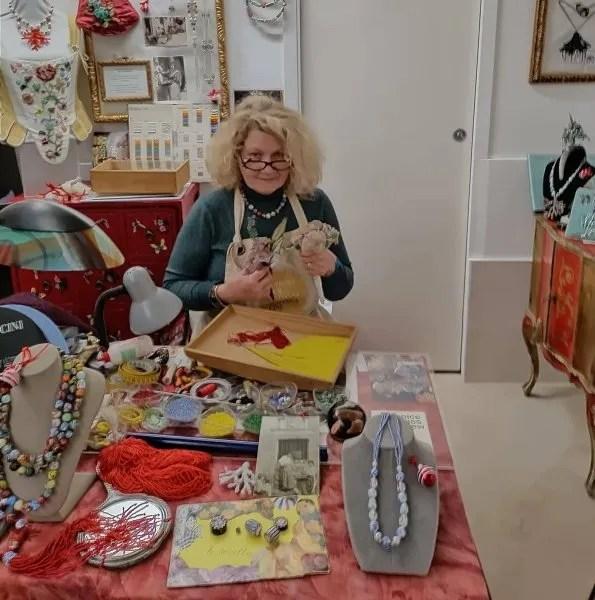 Marisa Convento nel laboratorio di artigiana residente a Bottega Cini