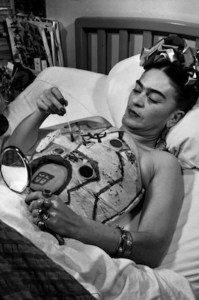frida-kahlo-painting-her-body-cast-1340573739_b