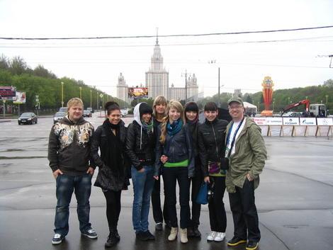 Вся эстонская делегация на фоне Университета