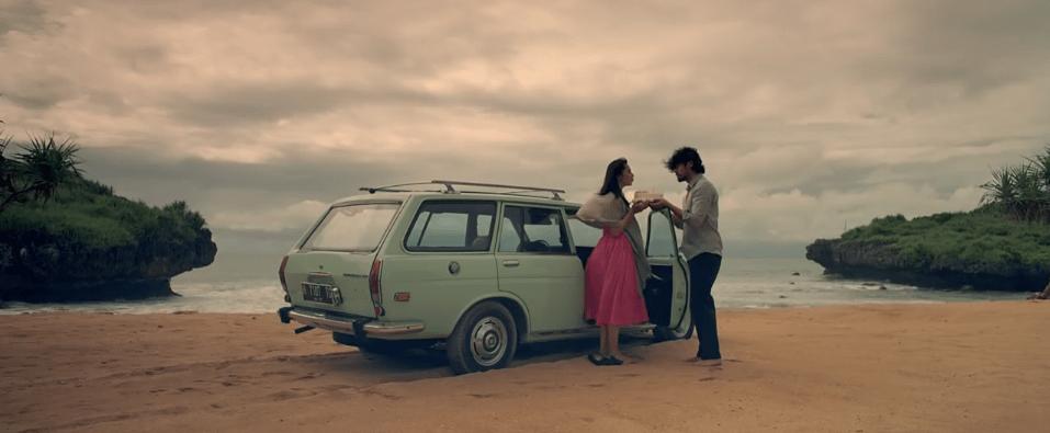Maudy Kusnaedi dan Chicco Jerikho dalam film ave maryam