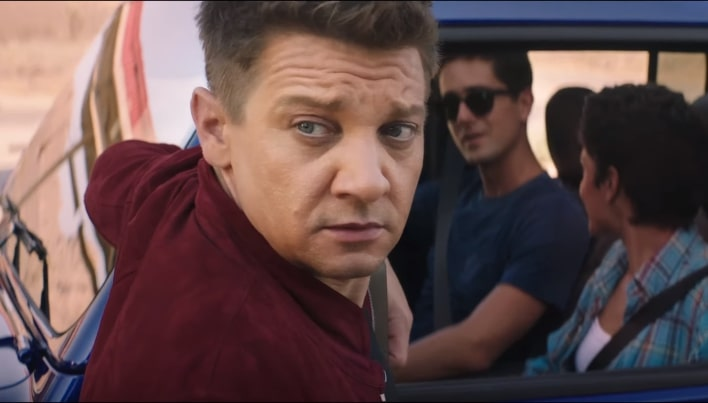 Jeremy Renner dalam video musik Main Attraction