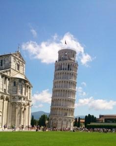 l'italique: penché à l'image de la tour de pise.