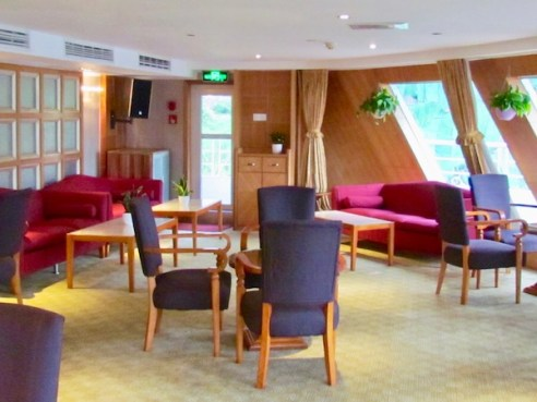 gate 1 travel - Yangtze River cruise - suite upgrade - travel blog - travel blogger- China vacation - river boat cruise lounge