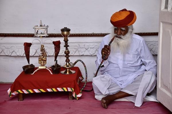 hookah - smoking a hookah - old man smoking a hookah - Rajasthani man smoking a hookah - -Mehrangarh Fort – Jodhpur – Rajasthan – India – India travel blog – traveling in India