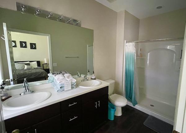 Main bedroom's en site bathroom in Ft Myers Airbnb