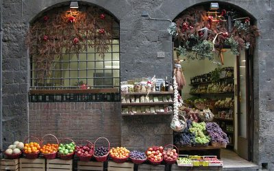 Fruit baskets, wine shop in Siena, Italy