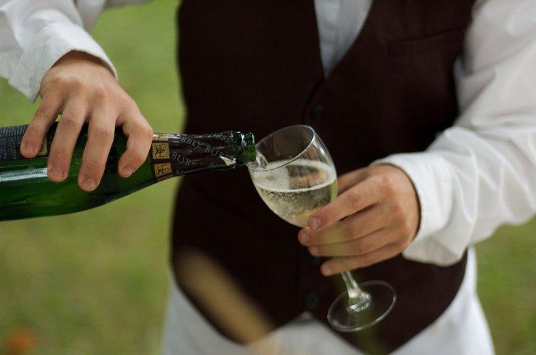 1280px-Waiter_pouring_Zardetto_sparkling_Prosecco
