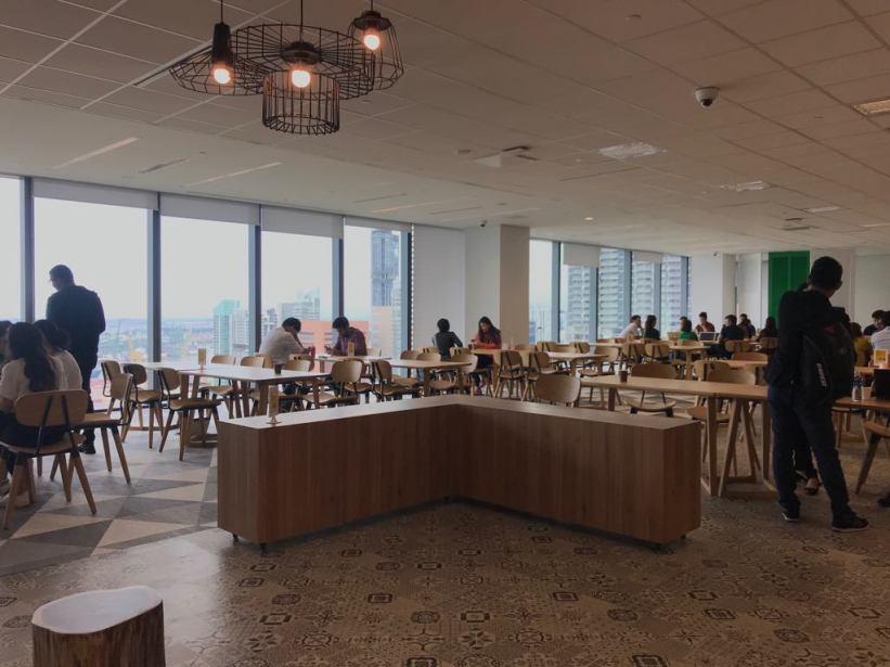 พื้นที่โรงอาหาร เปิดกว้างให้พนักงาน Grab มานั่งทานอาหารที่นำมาเอง ส่วนเครื่องดื่ม Grab มีให้ดื่มฟรี และพื้นที่นี้ยังเป็นศูนย์รวมพนักงานให้พบปะพูดคุยกันอีกด้วย