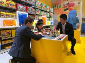 อาเดน เฟสซัค ผู้อำนวยการฝ่ายพัฒนาการตลาด ดีเคเอสเอช (ประเทศไทย) และ Atsushi Hasegawa Head of Marketing at LEGO Group Limited