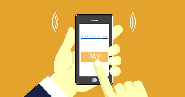 Mão segurando um celular e realizando um pagamento para ilustrar o checkout transparente Shopify.