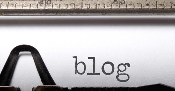 Área de impressão de uma máquina de escrever para ilustrar o artigo de como começar um blog.