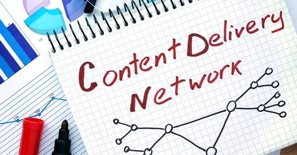 O que é CDN: o termo Content Delivery Network escrito a mão em um bloco de notas.