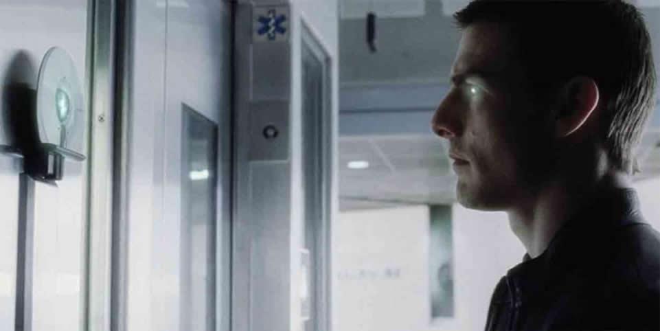 Cena do filme Minority Report para ilustrar as novas tecnologias no novo mercado: Tom Cruise abre a porta com scanner de retina, hoje já disponível em celulares.
