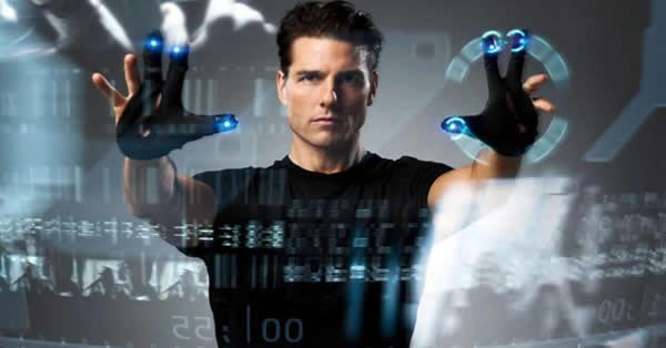 """Cena do filme """"Minority Report"""" onde Tom Cruise interage com um computador sem tela, onde dados holográficos ficam no ar para ilustrar o que é o novo mercado de hoje."""
