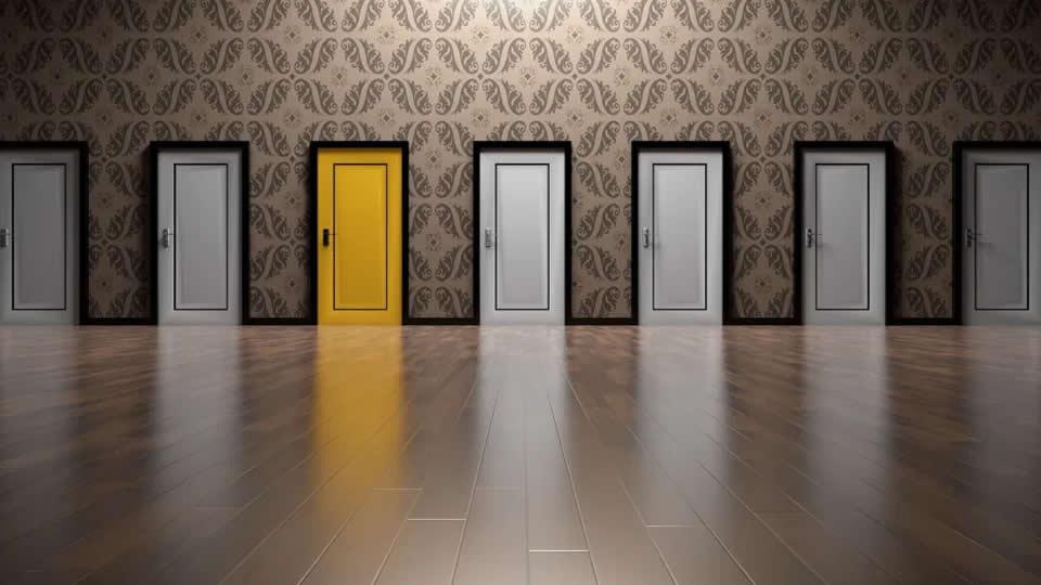 Diversas portas como opção de entrada, porém uma está em destaque na cor amarela para ilustrar que o design deve ser objetivo.