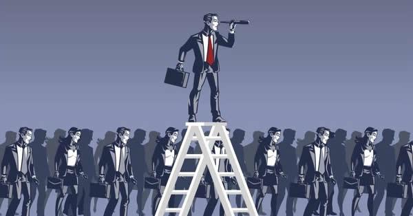 Em meio a multidão, um homem está sobre uma escada com um binóculo para conseguir enxergar as tendências de marketing digital em 2021 - de forma ilustrada