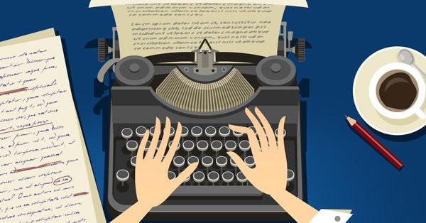 Mãos de um copywriter estrategista sobre uma máquina de escrever