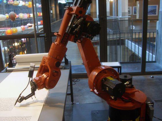 800px-KUKA_Industrial_Robot_Writer