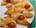 Fingerfood Mini Croissants mit Würstchen und Ketchup