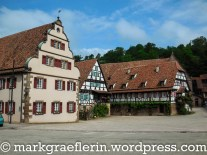 Wirtschaftshof mit ehemaligem Marstall (heute Rathaus), Haberkasten und Pfisterwohnung; dahinter der Klosterweinberg