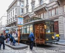 Eine alte Tram, die als Speisewagen durch Mailand fährt
