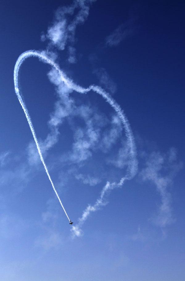 mark jefferies middle east aerobatic display - Photo/Hasan Jamali