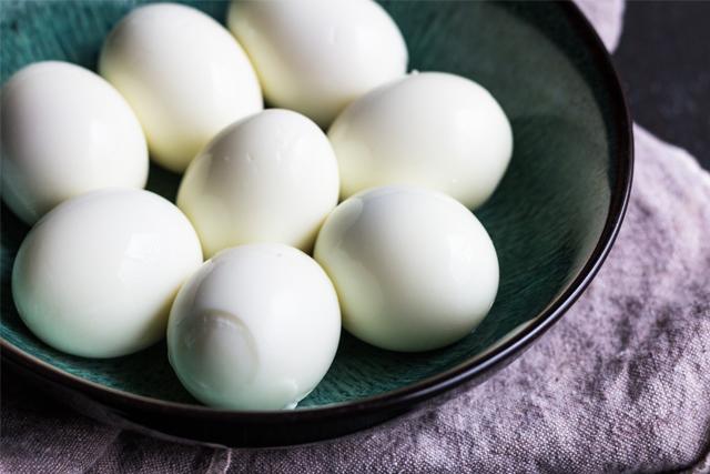 sallatë me vezë pesto