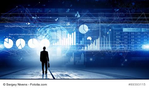 Symbolbild: Geschäftsmann steht vor einer blauen Wand mit Datenvisualisierungen