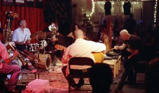 Out of Context: Tom Guralnick, soprano; Mark Weaver, tuba; Jefferson Voorhees, drums; Steve Feld, small tuba; Alicia Ultan, viola; Stefan Dill, guitar; Courtney Smith, harp; J.A. Deane, conduction -- May 18, 1998 @ old Outpost Performance Space -- photo by Mark Weber