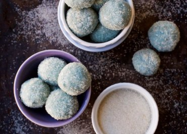 Vegan Blue Coconut Snowballs recipe. A delicious no-bake treat for the holidays or anytime! MarlaMeridith.com ( @marlameridith ) #recipe #vegan #coconut