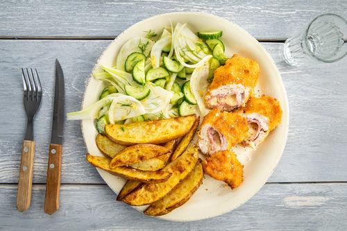 Cordon Bleu van kip met komkommer-venkelsalade en aardappelwedges