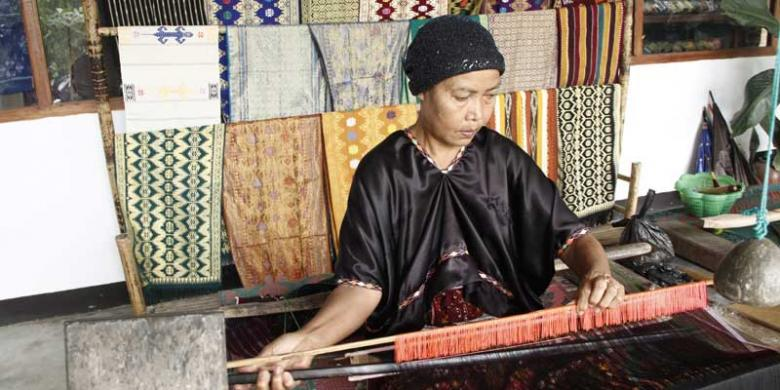 suku sasak tenun rangrang sukarare lombok