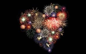 zwarte-achtergrond-met-vuurwerk-in-de-vorm-van-een-hartje