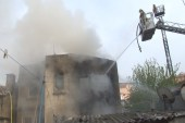 Fatih'te korkutan çatı yangını