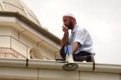 Kayınpederinin imamlık yaptığı caminin çatısına çıktı