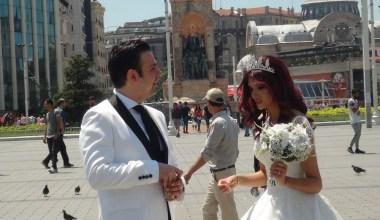 (Özel) İranlı çift gelinlik ve damatlığını giyerek Taksim'e 'fotoğraf' için çıktı