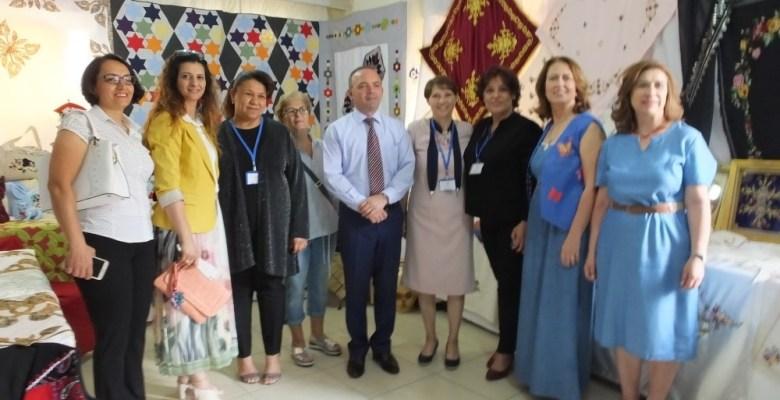 Burhaniye'de sergi açılışında İstiklal Marşı'nı işaret dili ile okudular