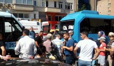 Maltepe'de bir minibüs, yolcu dolu minibüse çarptı: 5 yaralı