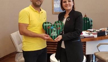 Başkan Hürriyet'ten yeni evli çiftlere Kocaelispor hediyesi