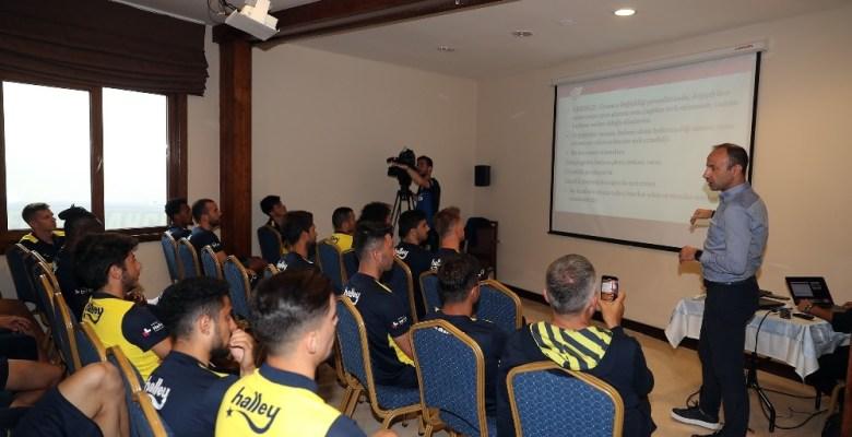Fenerbahçeli futbolcular hakem seminerine katıldı