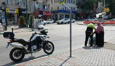 (Özel) Örnek polis yaşlı kadını hem karşıdan karşıya geçirdi, hem su ikram etti
