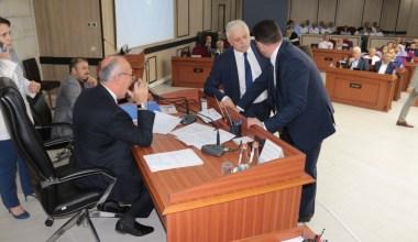 Belediye meclisi toplantısında yer krizi