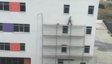 Metrelerce yükseklikte hiçbir güvenlik önlemi almadan çalışan işçi yürekleri ağızlara getirdi