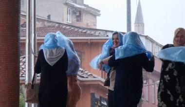 Sağanak ve fırtına Bursa'yı da vurdu…Kadınlar yağmurdan böyle korundu