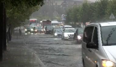 Sağanak yağışla yollarda su birikintileri oluştu araçlar mahsur kaldı
