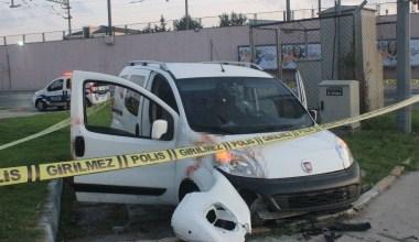 Camlarında kurşun delikleri bulunan araç kaza yaptı: 2 yaralı